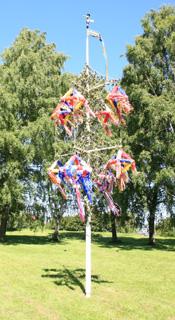 шест midsommarstång, символ праздника середины лета
