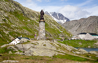памятник святому Бернару на перевале Сен-Бернар