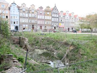 Здесь был дом. И будет. Кстати дома на заднем плане – тоже восстановлены из руин. Гданьск