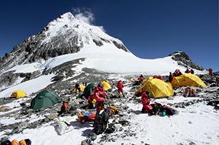 Эверест со стороны Тибета, Северное седло, лагерь, палатки